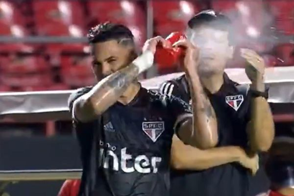 São Paulo's Luciano sprays bottle of water in his manager Fernando Diniz's face during 4-0 win over Botafogo