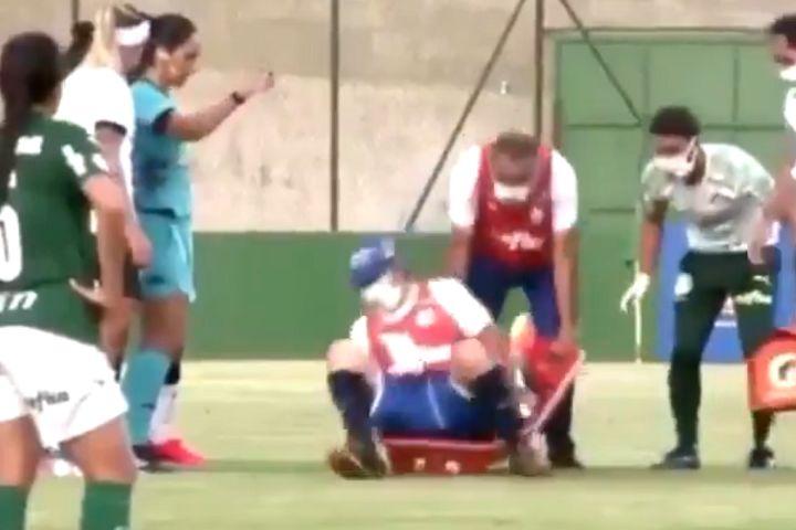 Stretcher carrier falls on player in Paulista Feminino semi-final between Palmeiras and Corinthians Paulista