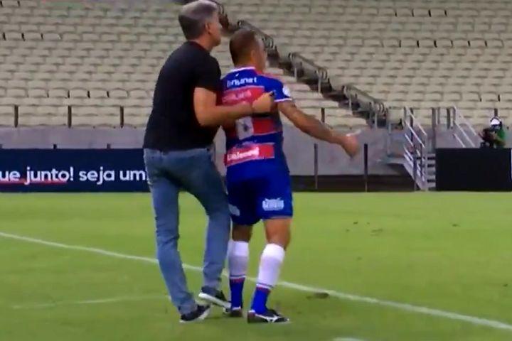 Grêmio manager holds back Fortaleza's Carlinhos to prevent him reaching the ball