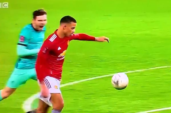 Andrew Robertson screams at Mason Greenwood to try and put him off his shot during Man Utd's 3-2 FA Cup win over Liverpool