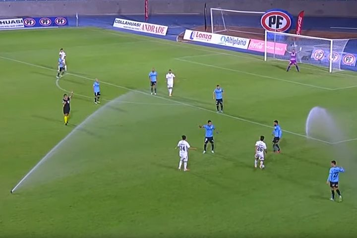 Sprinklers come on during Deportes Iquique vs Colo-Colo