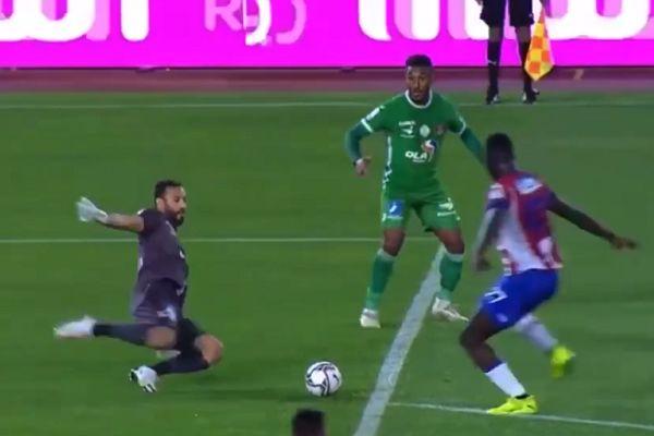 Raja Casablanca goalkeeper Anas Zniti concedes penalty against Moghreb Tétouan
