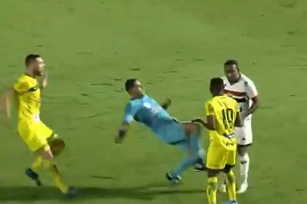 Referee slips over running over to show yellow card during Mirassol vs Botafogo