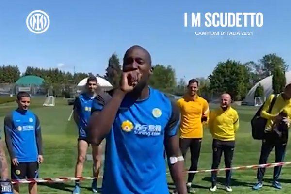 Romelu Lukaku introduces Lautaro Martínez vs Antonio Conte boxing match at Inter's training ground