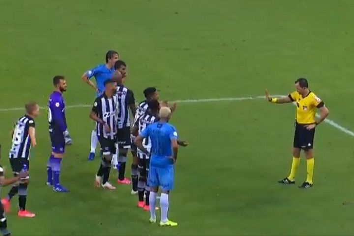 Referee makes Remo and Atlético Mineiro players stand behind line