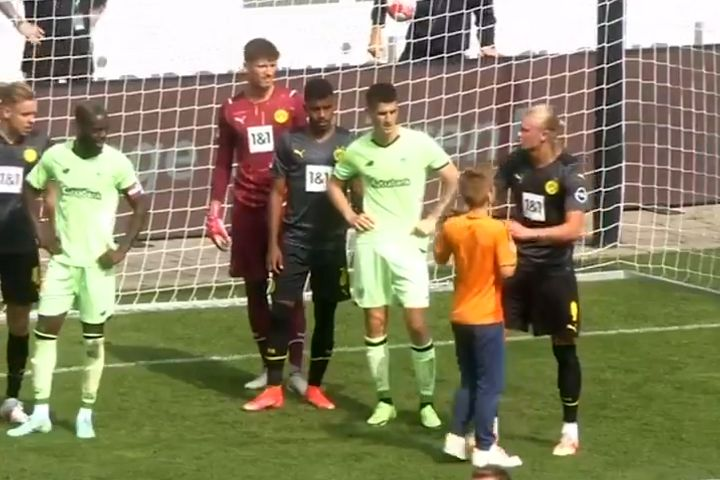 Young pitch invader gets his shirt signed before corner is taken in Borussia Dortmund pre-season friendly